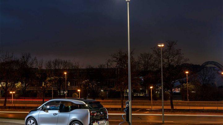 Farolas como punto de recarga para el coche eléctrico: ¿la solución?