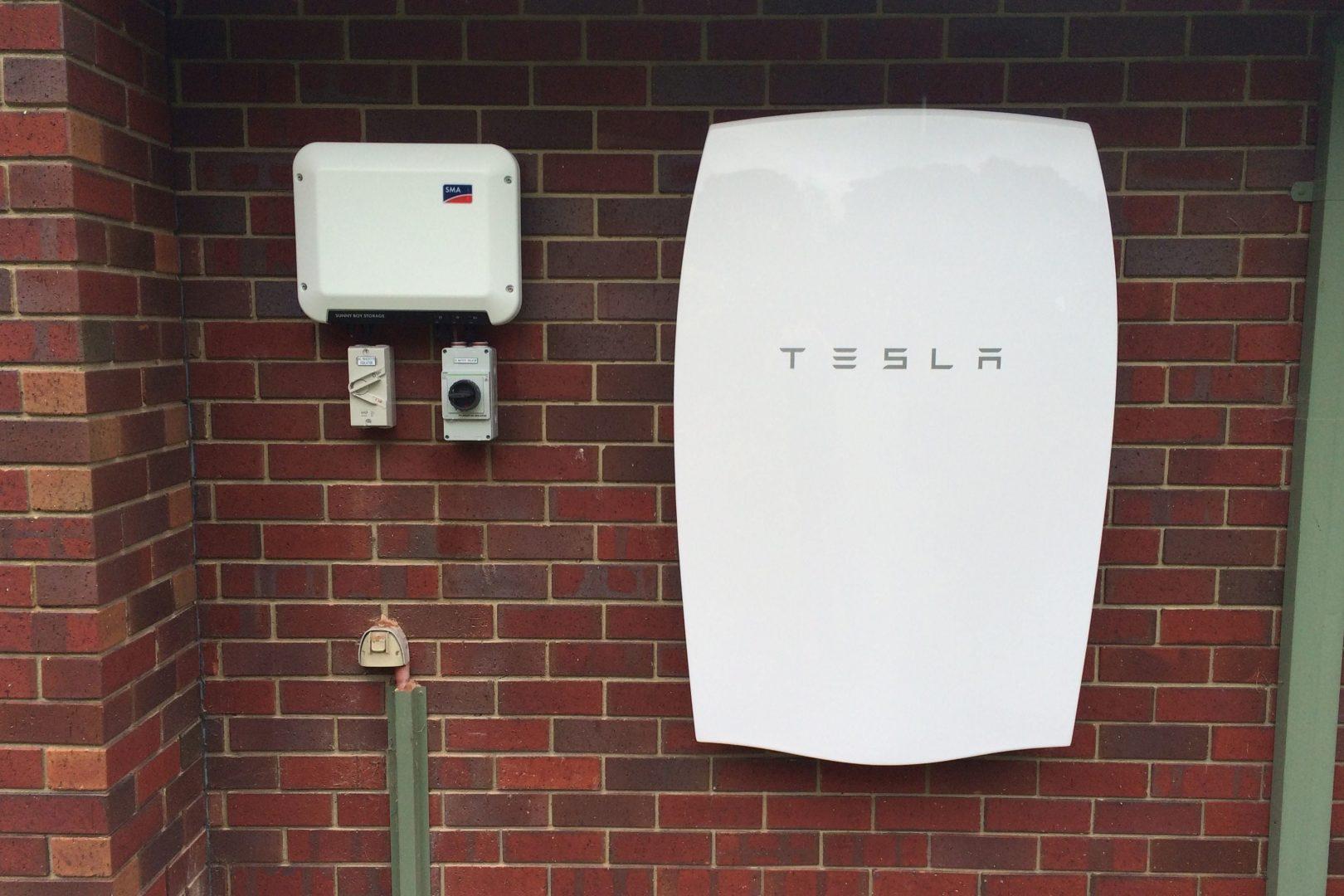 Holaluz vende baterías Tesla para tu coche eléctrico