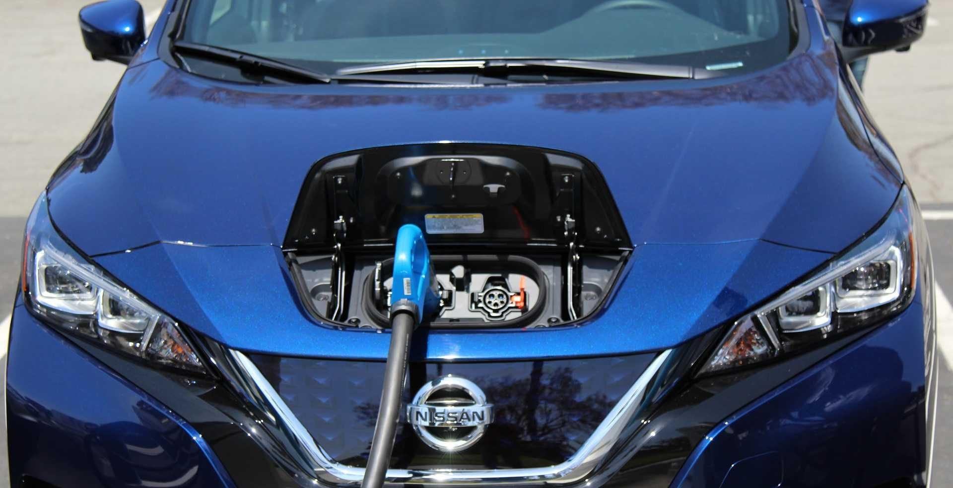 Nissan Leaf recargando a traves del conector CHAdeMO
